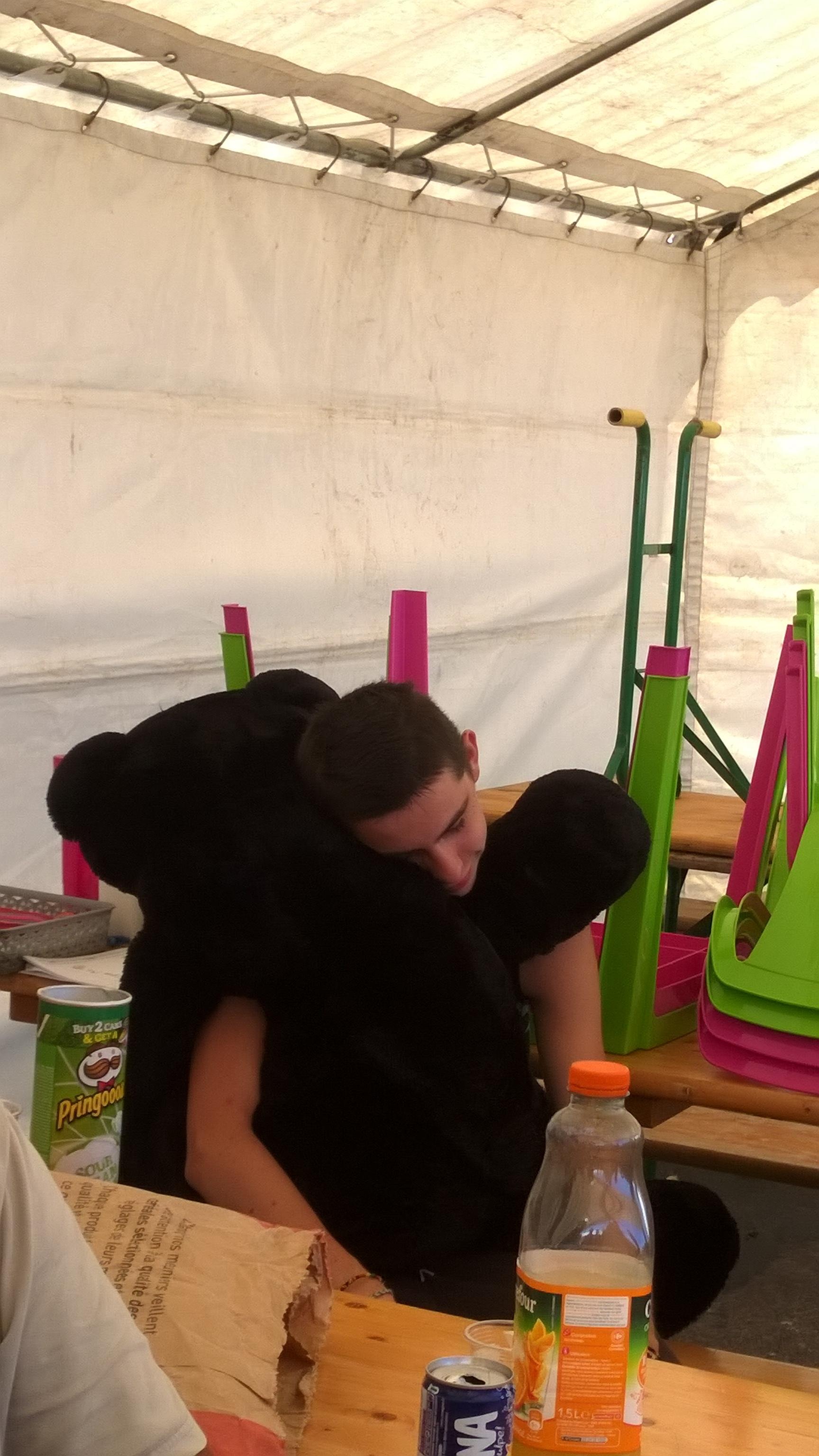 Notre jeune ami fatigué avec Kérity le gros nounours de la bibliothèque